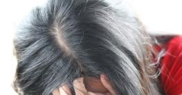 Frau mit Haarverdichtungsspray-