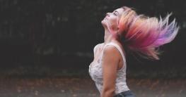 Mit einem Haarentfärber bunte Haare entfärben
