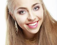 Frau blonde glatte Haare