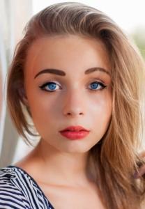 Frau blaue Augen und blonde Haare