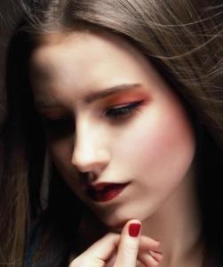Frau mit dunklen glatten Haaren